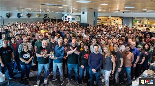 《战争机器5》开发团队大合影 游戏正式进厂压盘 微软XBOX 第1张